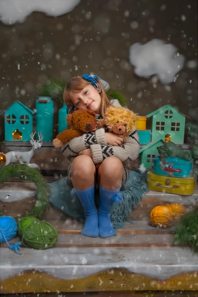 Hoy voy a compartir con vosotros el proceso de preparación de mini sesiones navideñas así que el resultado final. Muchos me habéis pedido preparar algo especial para estas Navidades. Aquí lo tenéis! Un cuento de Navidad lleno de color, no necesariamente en rojo clásico, ni blanco escandinavo, mas bien pistacho, turquesa y mostaza, una combinación de colores que destaca y ofrece una sesión de fotos diferente! Si estas buscando una idea original para regalo de Navidad, una sesión de fotos navideña puede ser un regalo perfecto. Los abuelos se mueren siempre por recibir fotografías de sus nietos y tener este recuerdo colgado en las paredes de sus casas todo el año. A los niños también les gusta verse guapos en las fotografías, eso refuerza los lazos familiares y sube su autoestima. Una sesión de fotos de Navidad que haces regularmente una vez al año, es una excelente oportunidad de seguir el crecimiento de los niños. Las imágenes tan bonitas querrás guardar para siempre como un recuerdo especial. El vestuario que recomiendo para la mini sesión navideña es muy fácil a encontrar en tu armario: un jersey de punto de colores que ves en las fotografías (verde, azul, mostaza, marrón, gris, naranja o similares), calcetines de las mismas tonalidades, capotas y lazos, botas o pies descalzos. Si tienes una duda, mandarme las fotos del vestuario que piensas traer via what's up y te aconsejo o incluso te ofrezco algo que tengo en mi estudio. Ha sido mucha diversion preparar el escenario y más abajo en el blog encontrarás una historia del proceso creativo. Primero he buscado unas paletas de madera envejecidas. Para ello me he desplazado al polígono industrial en Loeches fuera de Madrid. Ahi he encontrado un equipo muy amable y profesional de REC ECO (info@paletsrecicladosmadrid.es). Ellos me han cortado las palets según el diseño que he inventado, me lo empaquetaron en el coche. Luego he subido las palets a mi estudio (cada palet mas o menos 15 kg, menos mal que hago gimnasia regula