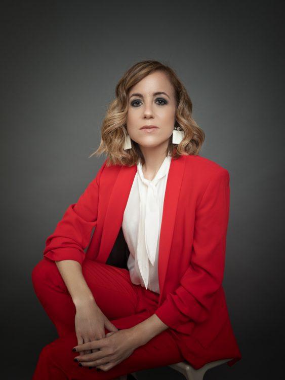 mujer en traje rojo de trabajo