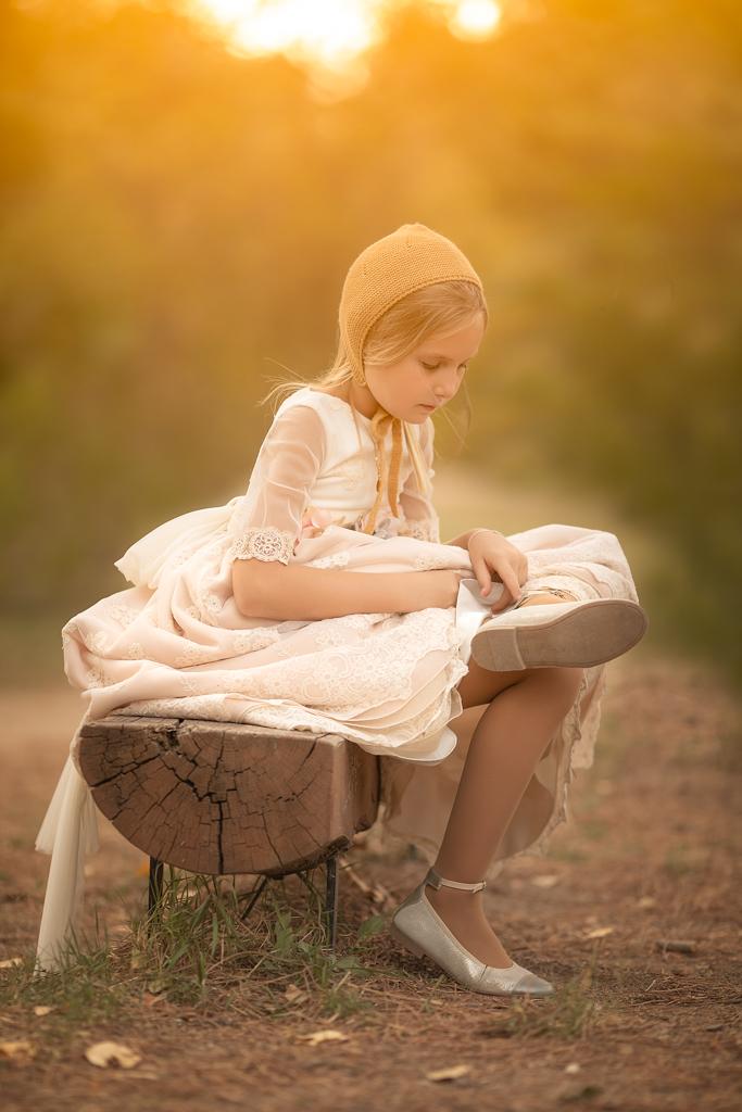 fotografia de una niña con vestido de comunión en el campo