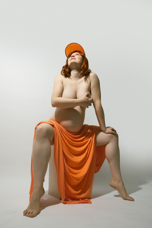una mujer peliroja embarazada  fotografiada por Beata Praska Fotografia