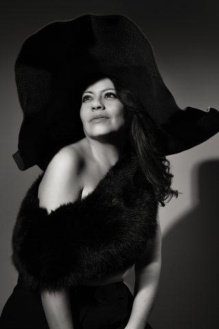 retrato de mujer madura en blanco y negro estilo Film Noire en Pamela negra y estola de piel negra