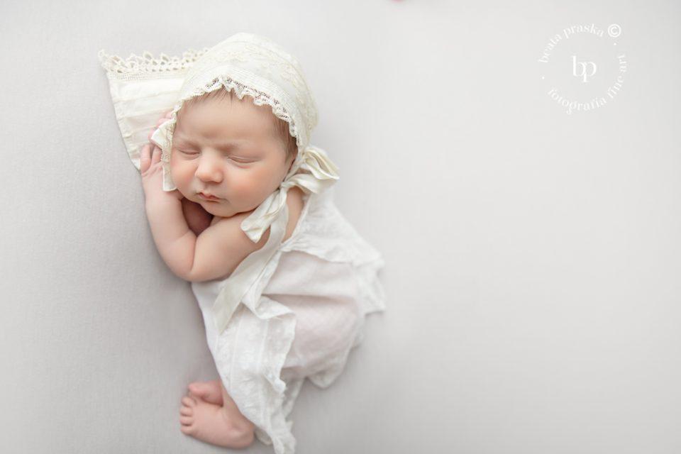 foto de bebe recién nacido sencillo y minimalista en fondo neutro