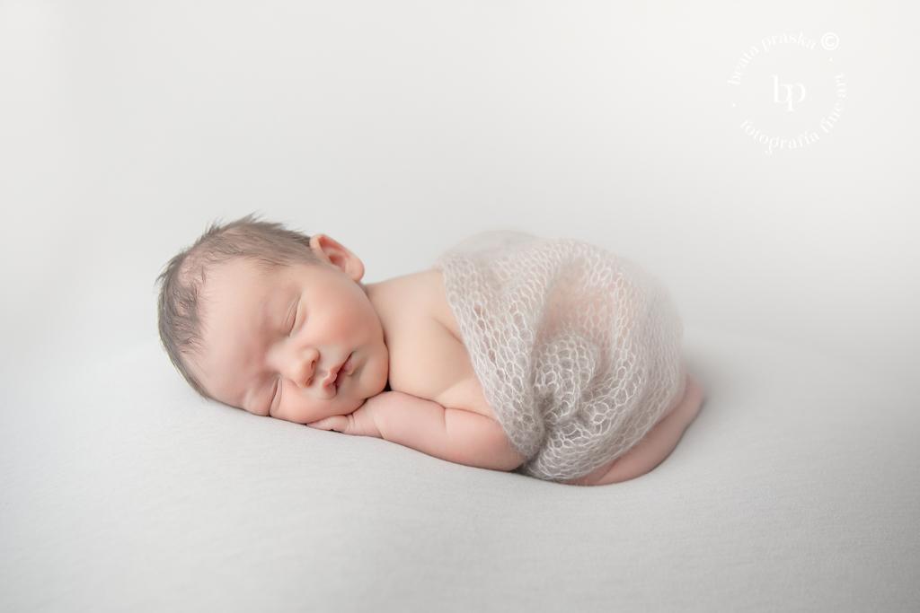 foto de bebe recién nacido sencillo y minimalista en fondo blanco