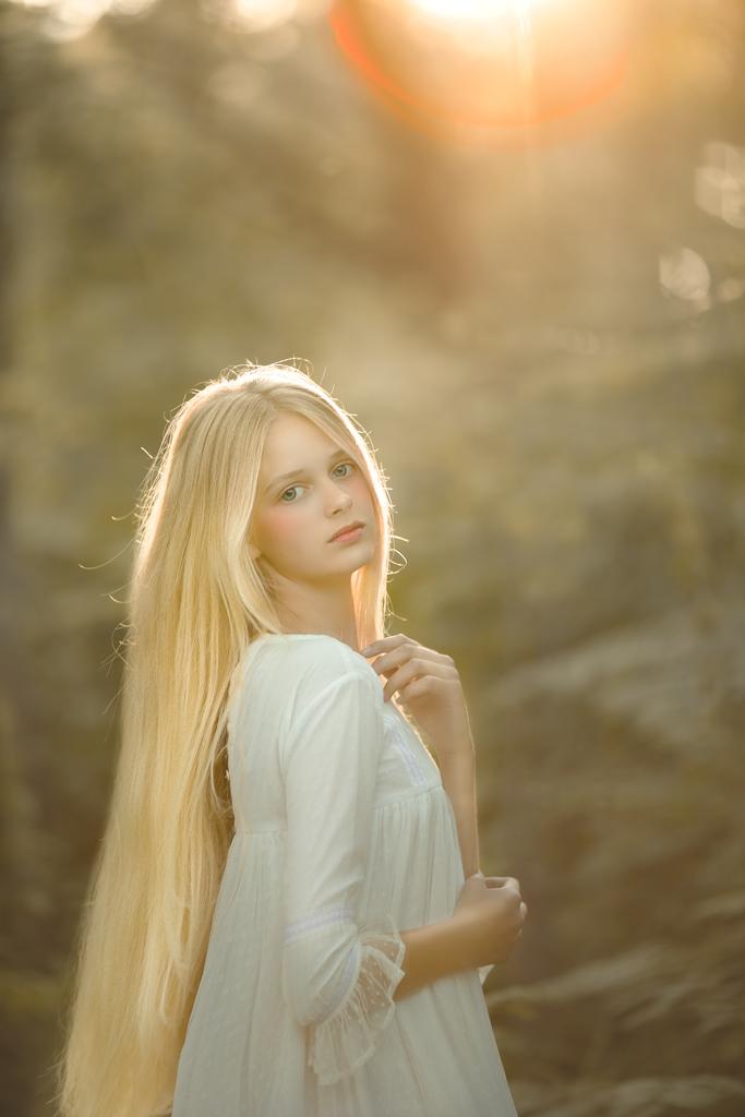 foto de niña rubia con pelo largo y vestido de comuniones