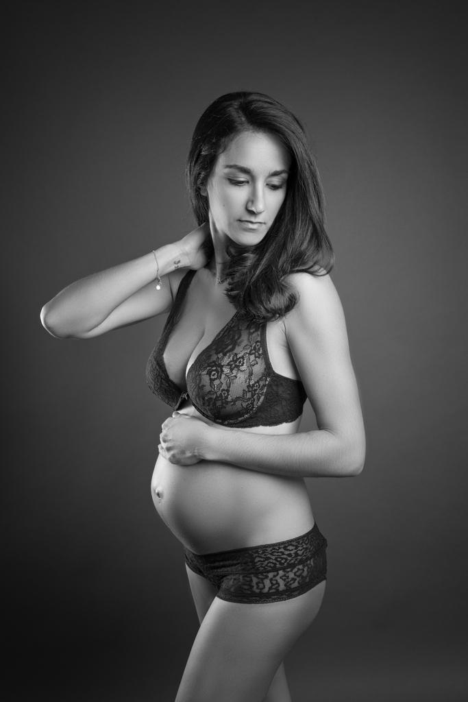 foto de embarazada en blanco y negro y en ropa interior
