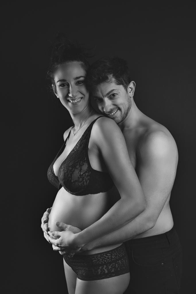 foto de pareja embarazada en blanco y negro