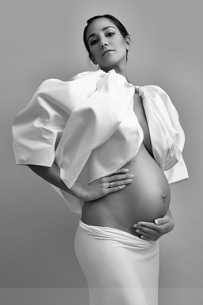 foto de mujer embarazada muy fashion en blanco y negro