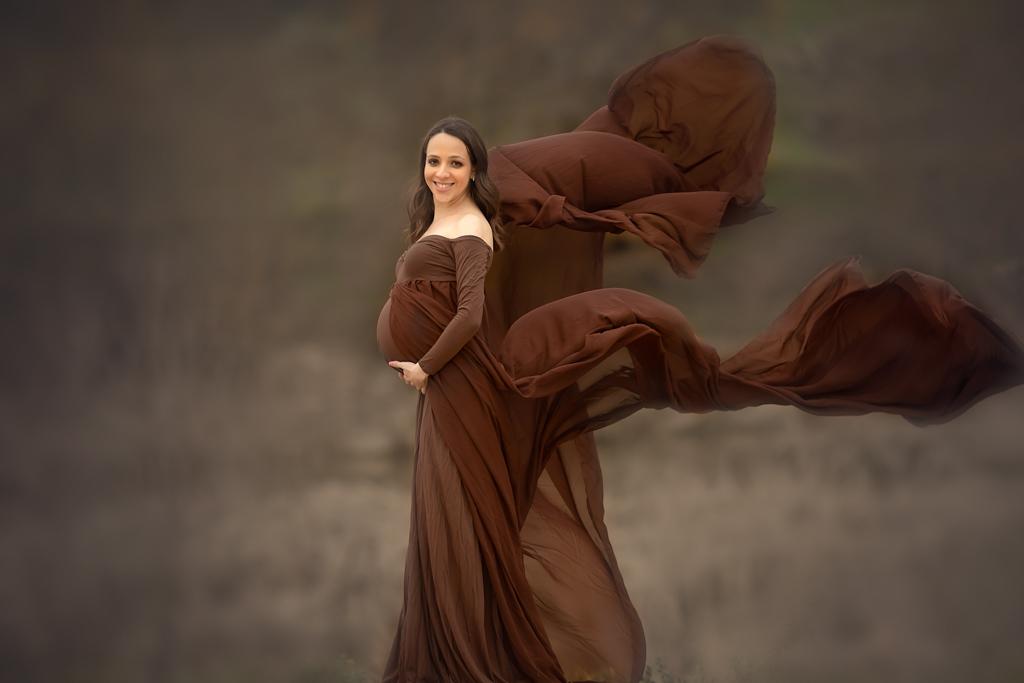 foto de mujer embarazada en vestido marrón con vuelo en exteriores de Madrid