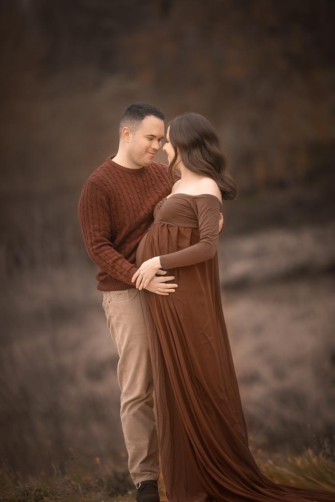 foto de pareja embarazada en sesion fotografica de embarazo en exteriores