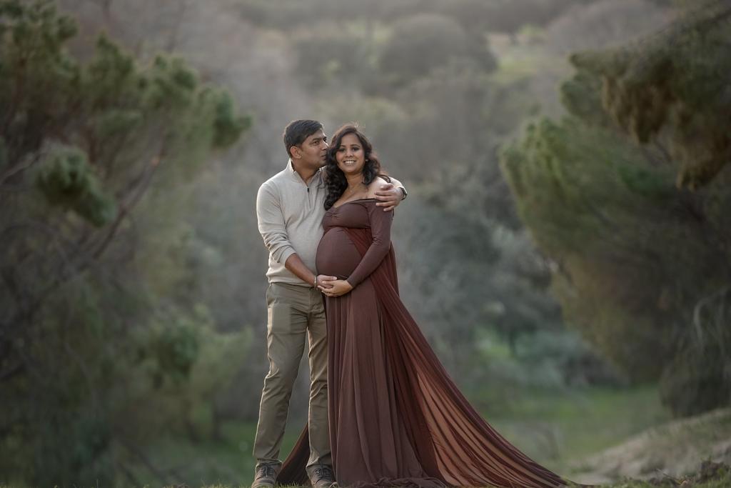 foto de pareja embarazada en exteriores en vestido marrón