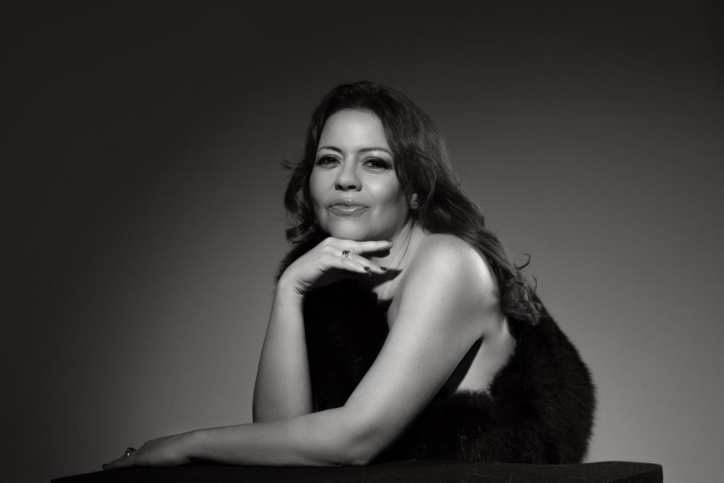 retrato de mujer madura en blanco y negro estilo Film Noire