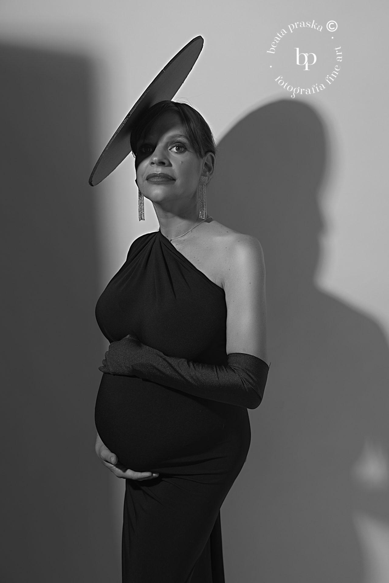 mujer embarazada elegante en blanco y negro en estudio de Beata Praska