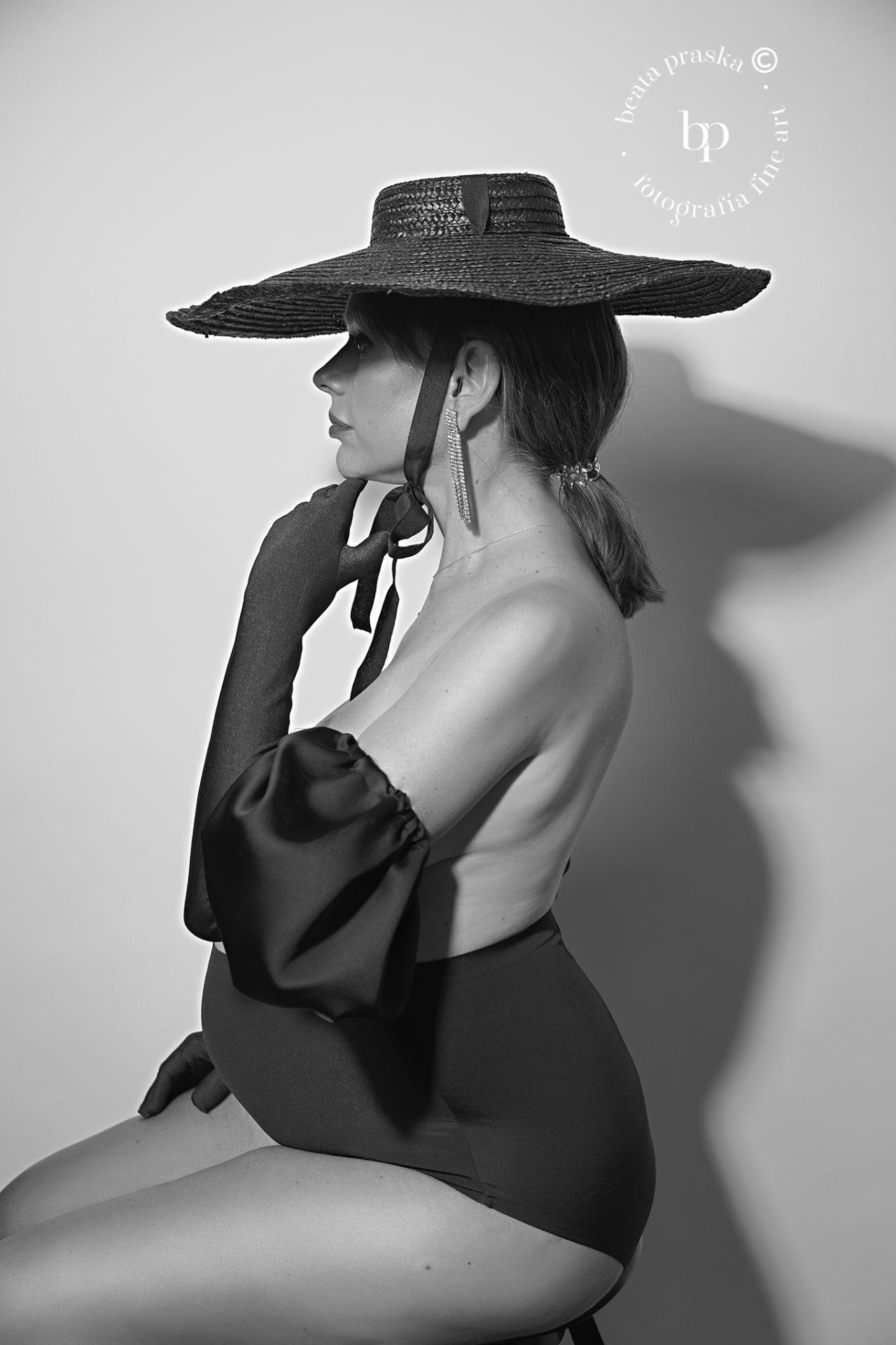 foto de mujer embarazada en sombrero en blanco y negro