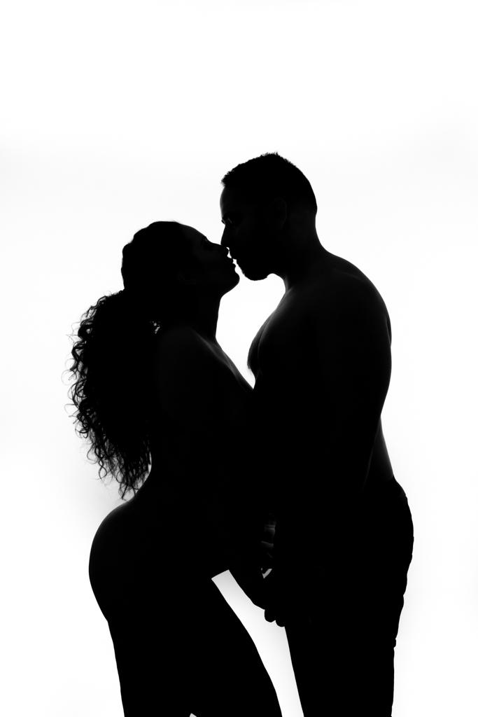 footografo de embarazo en blanco y negro de pareja