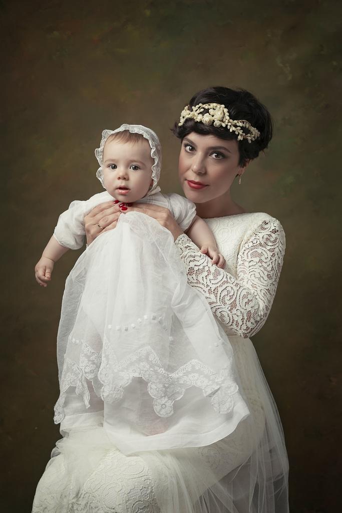 foto de mujer y bebe en trajes antiguos en estudio