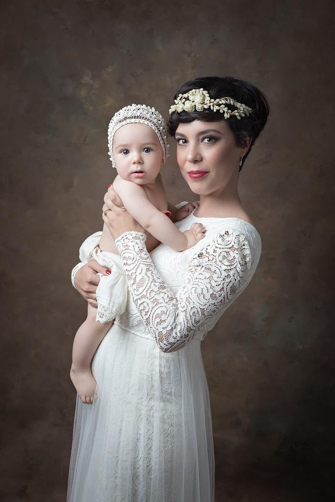 fotografia fine art de madre y hijo con gorro antiguo