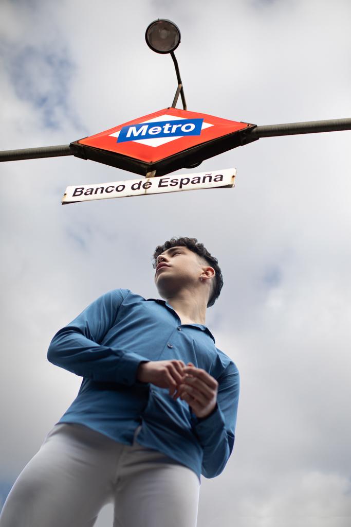 foto de un joven bajo entrada de centro en madrid