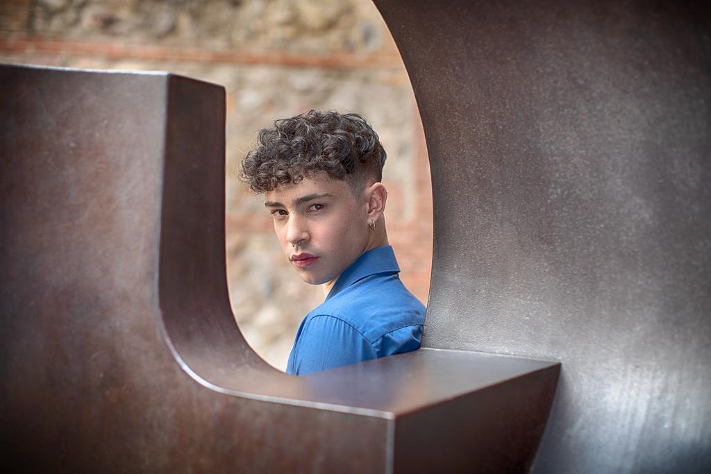 foto de un adolescente con escuultura de EduardoChillida