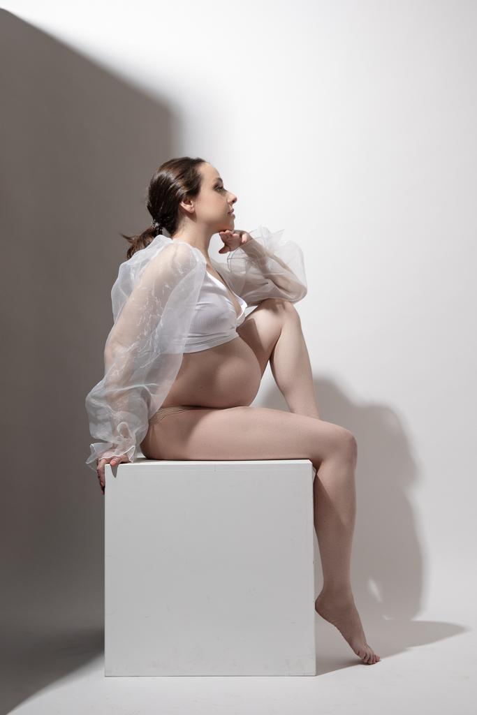 Mujer en una sesion fotografica de embarazo de estudio en madrid