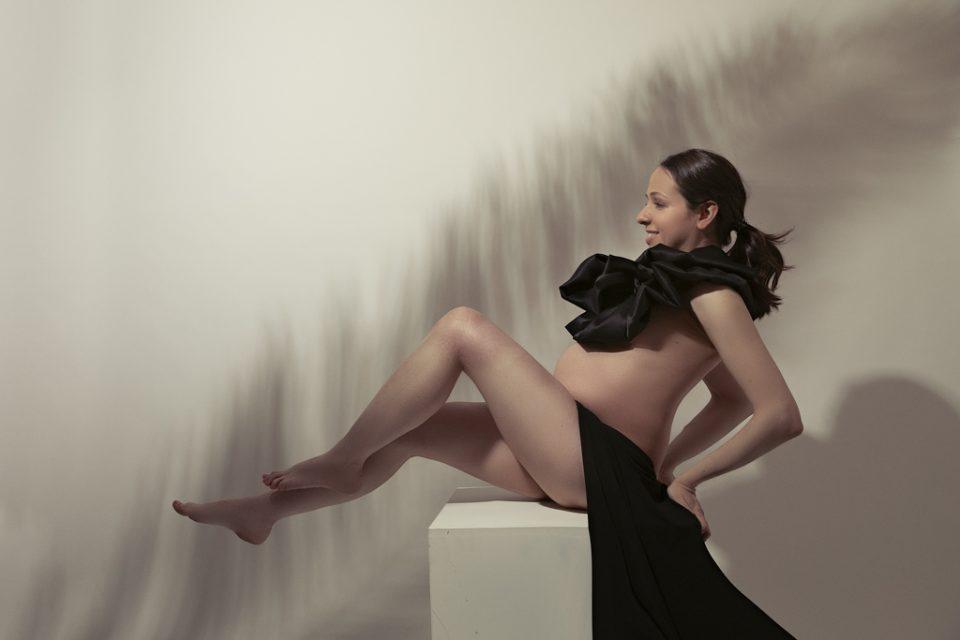 foto de mujer embarazada creativa en estudio en madrid