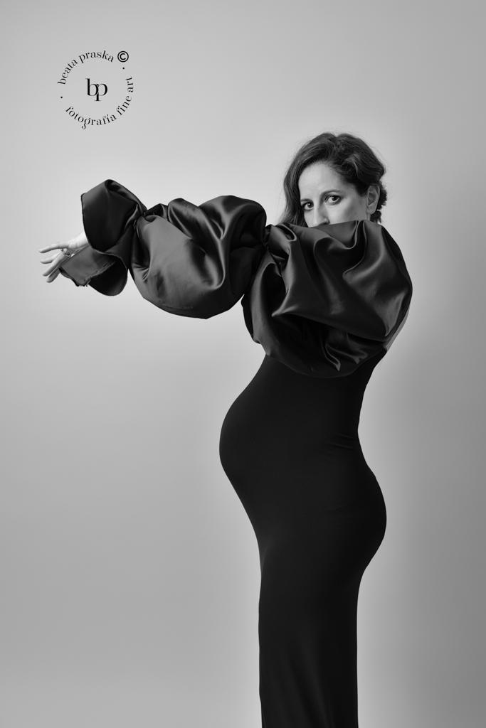 fotografia diferente de embarazo en estudio de Beata Praska fotografia en blanco y negro