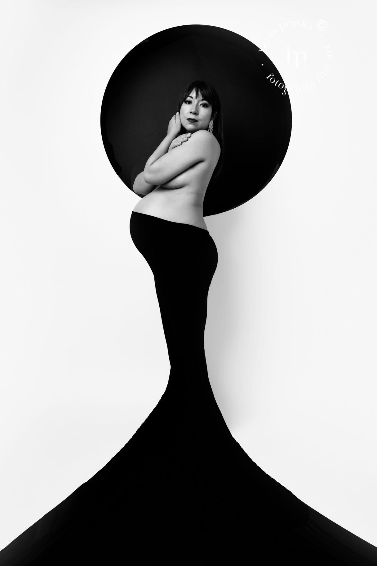 fotografia de maternidad en blanco y negro