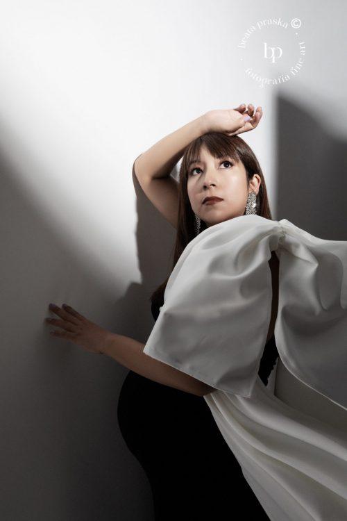 mujer embarazada fotografiada en estudio de Beata Praska Fotografia