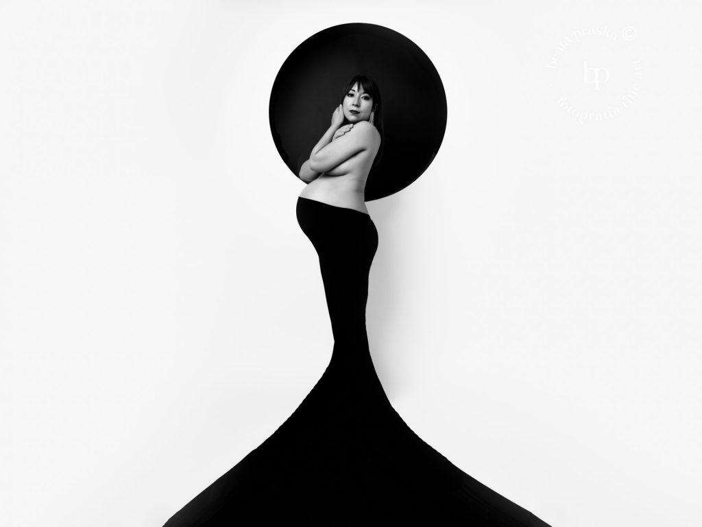 fotografia de embarazo elegante en blanco y negro