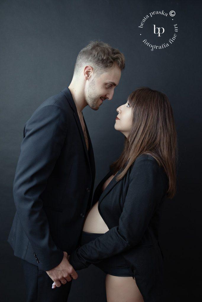 fotografia de pareja embarazada en estudio fotográfico de Beata Praska
