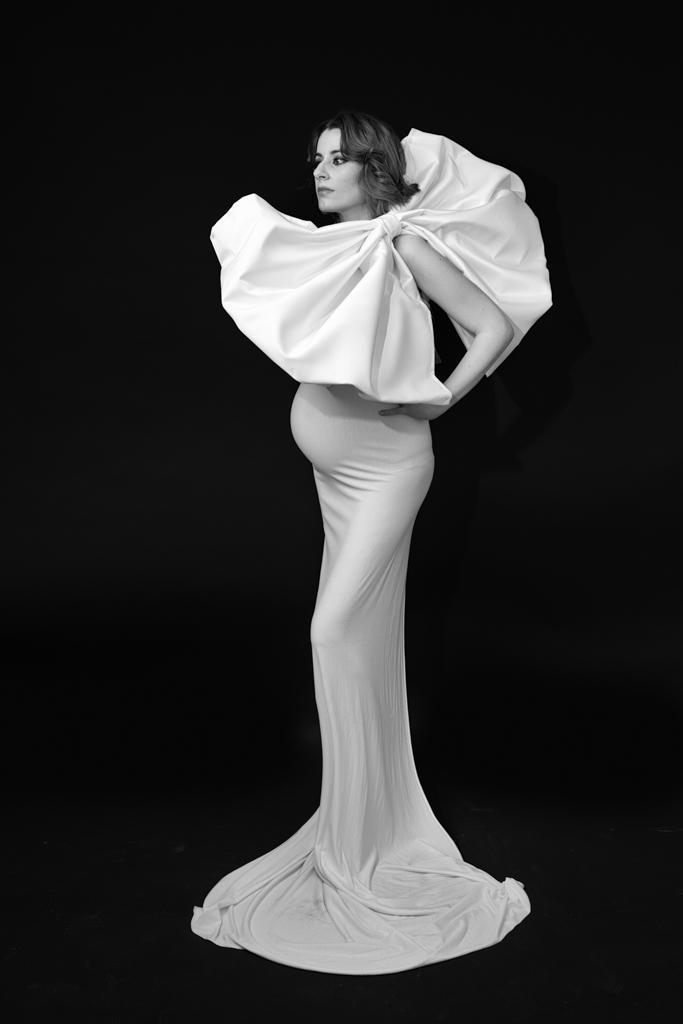 foto de mujer embarazada en blanco y negro elegante con lazo y vestido blanco