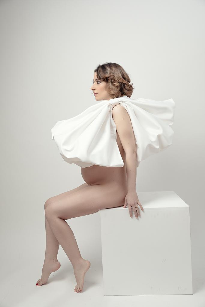 foto de mujer embarazada elegante con lazo