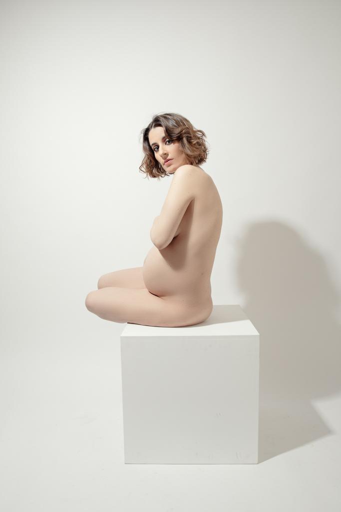 foto suave de mujer embarazada estilo nude