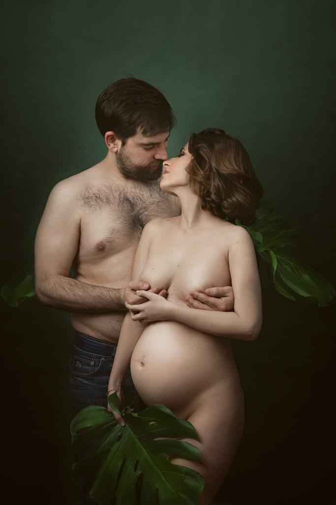 fotografia artistica de pareja embarazada con fondos verde