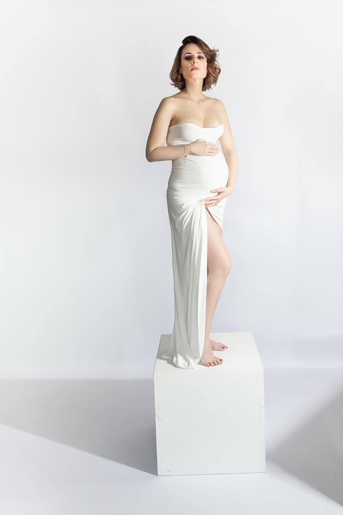 foto de mujer embarazada en pedestal
