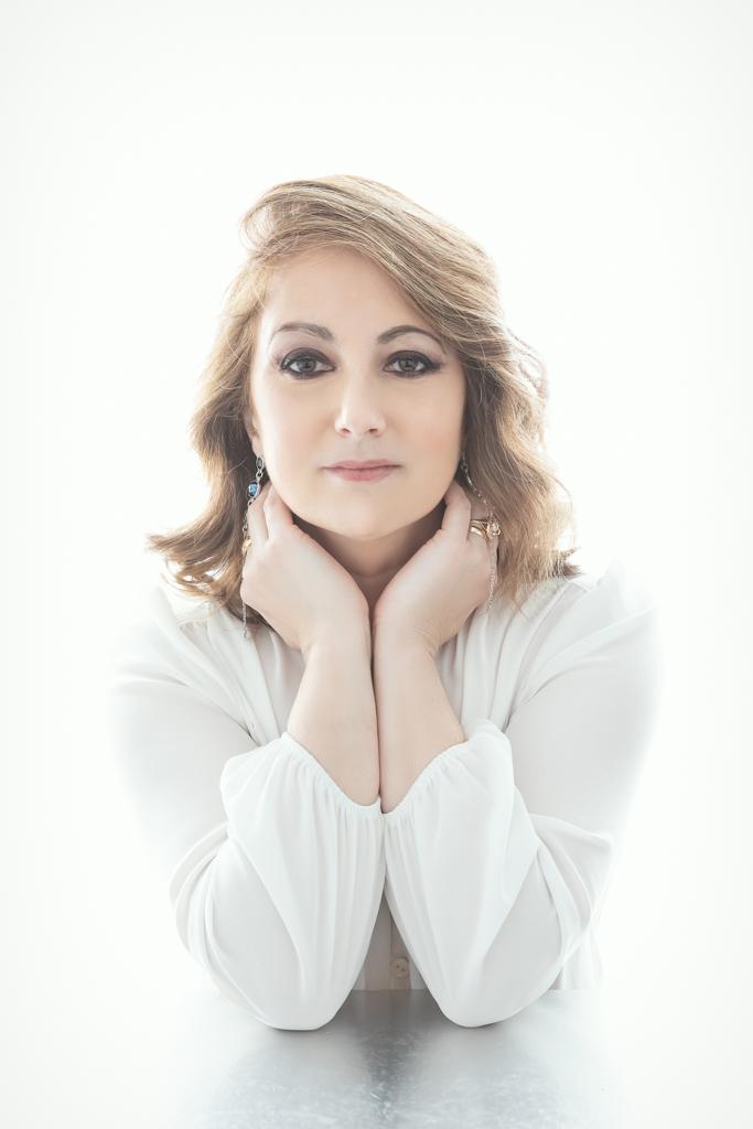 fotografia de mujer de personal branding y corporativa en camisa blanca y fondo blanco