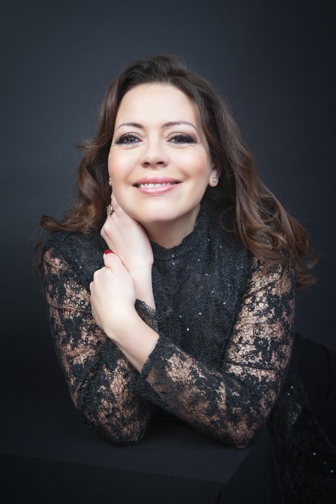 foto de mujer madura ojos azules vestida de negro