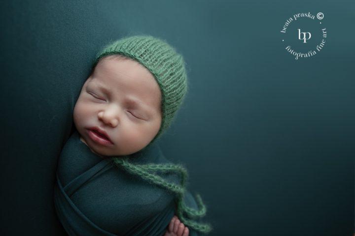 una fotografia de un bebe recien nacido en sesion de fotos con Beata Praska Fotografia