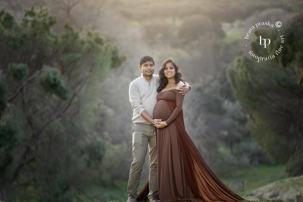 fotos de embarazo en exteriores con pareja por Beata praska fotografia