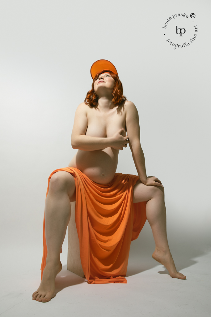 mujer embarazada pelirroja en estudio de Beata praska fotografia