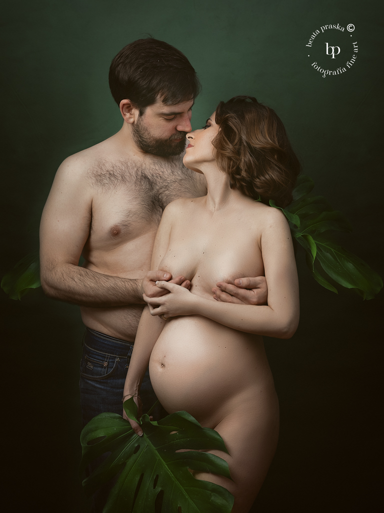 pareja embarazada en sesion fotográfica de embarazo en Madrid con Beata Praska Fotografia