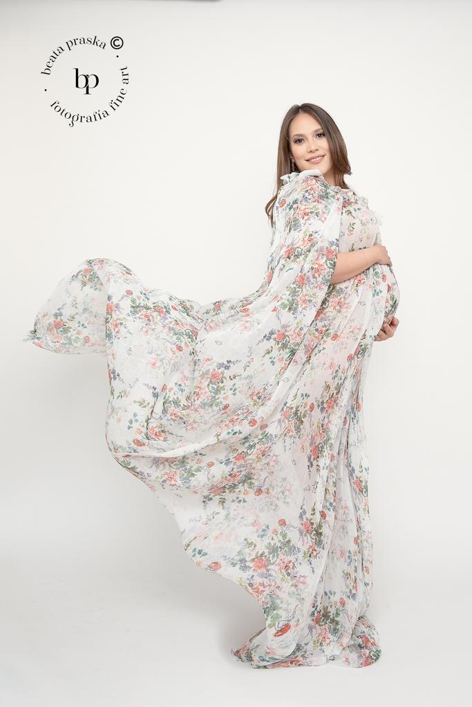 mujer embarazada en estudio en vestido romántico