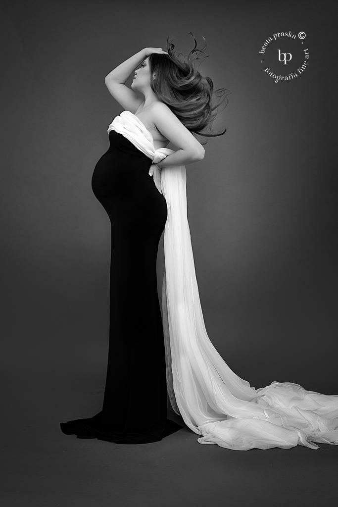 Mujer embarazada en telas en blanco y negro