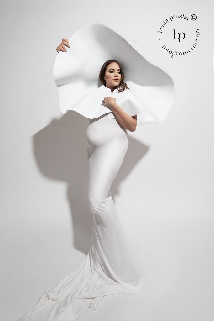 mujer embarazada en sesion fotografica estilo fashion con Beata praska Fotografia
