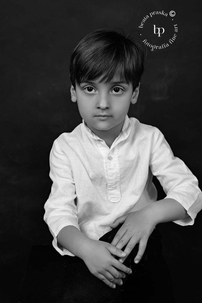 reportaje fotografico de un varon en blanco y negro en estudio de Beata Praska en Madrid