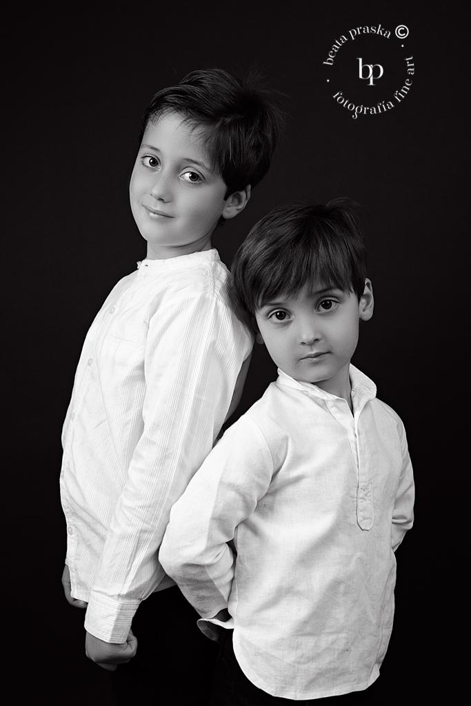 reportaje fotografico de hermanos en blanco y negro en estudio de Beata Praska en Madrid