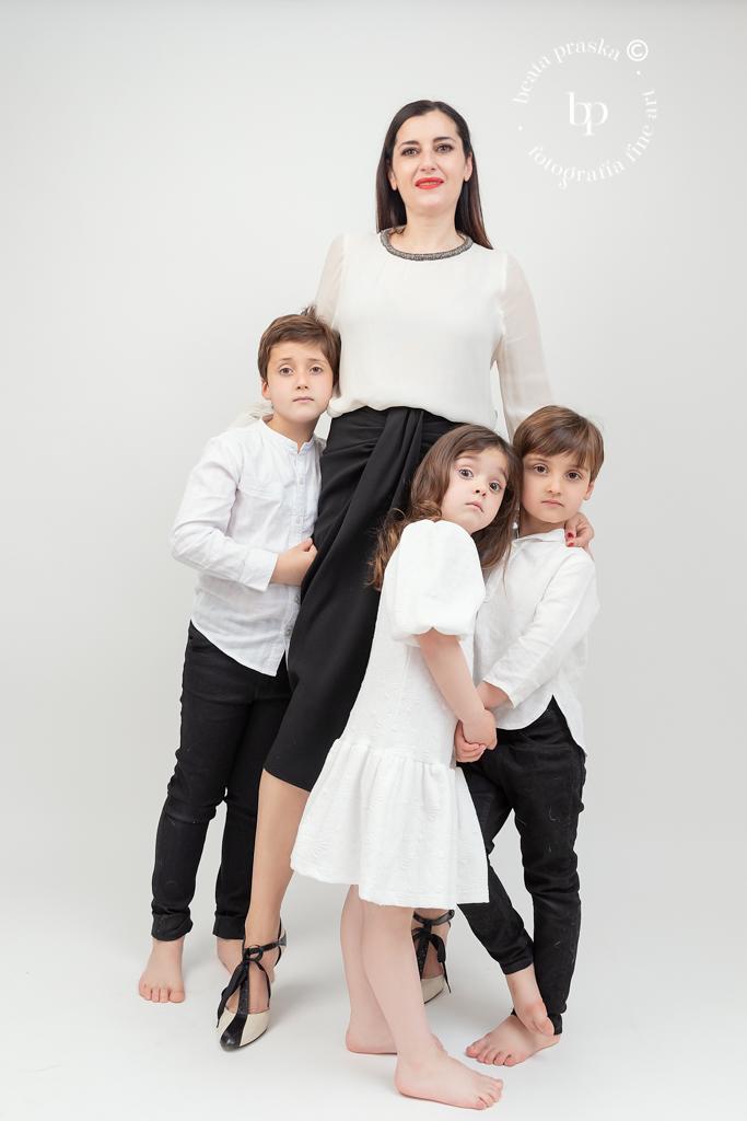 foto de madre y hijos en estudio fotográfico en Madrid