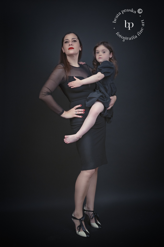 foto de madre e hija en estudio de Beata Praska Fotografia