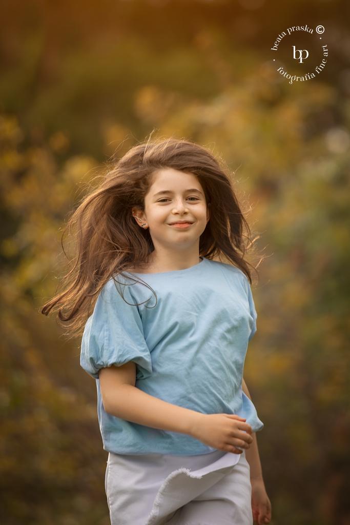 Fotografia de una niña fotografiada en exteriores