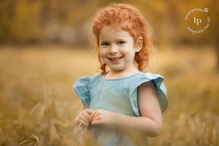 Fotografia de una niña pelirroja fotografiada en exteriores