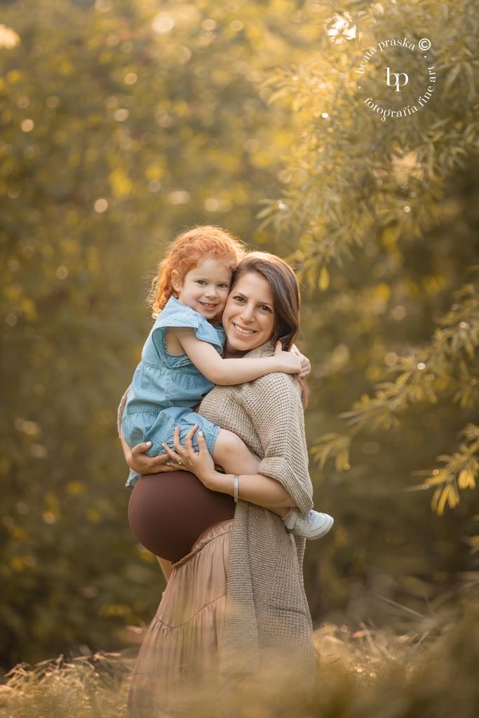Madre embarazada con hija fotografiada en exteriores de Madrid por Beata Praska
